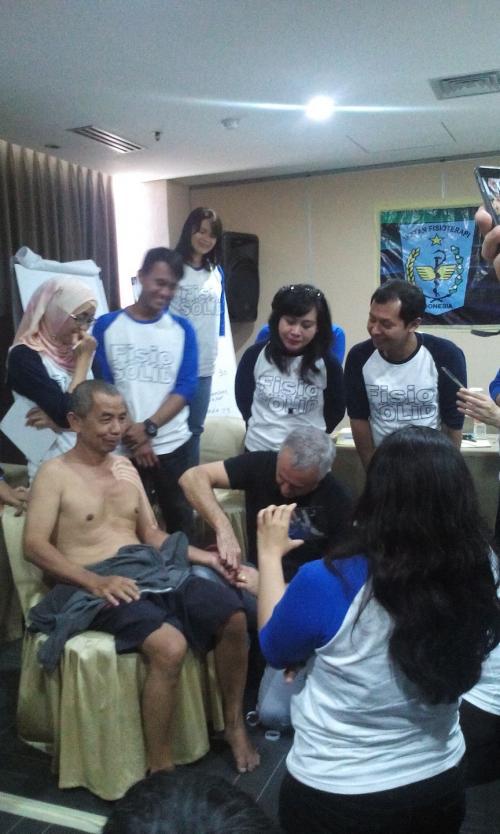 Salah satu sesi pada pelatihan NMT selama 4 hari yaitu demo session dengan pasien langsung..