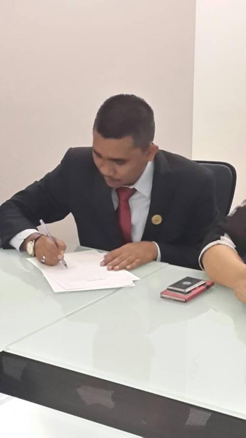Ketua Ikatan Fisioterapi Indonesia, M Ali Imron menandatangani kerjasama